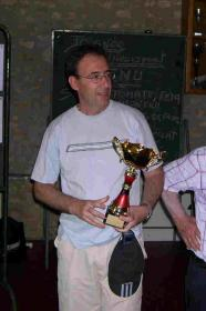 Marc reçoit la coupe de l'équipe 1ère de R1
