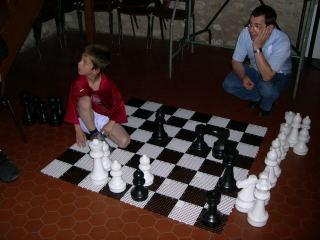 Un jeu d' échecs de jardin prêt du CDJE 45 pour amuser les grands et les petits.