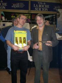 Eric et le père d'Aurélie Massard, avec leurs lots respectifs du tournoi accompagnateurs