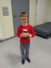 David TURCU remporte un pot de Nutella en récompense de son aide pour le rangement de la salle