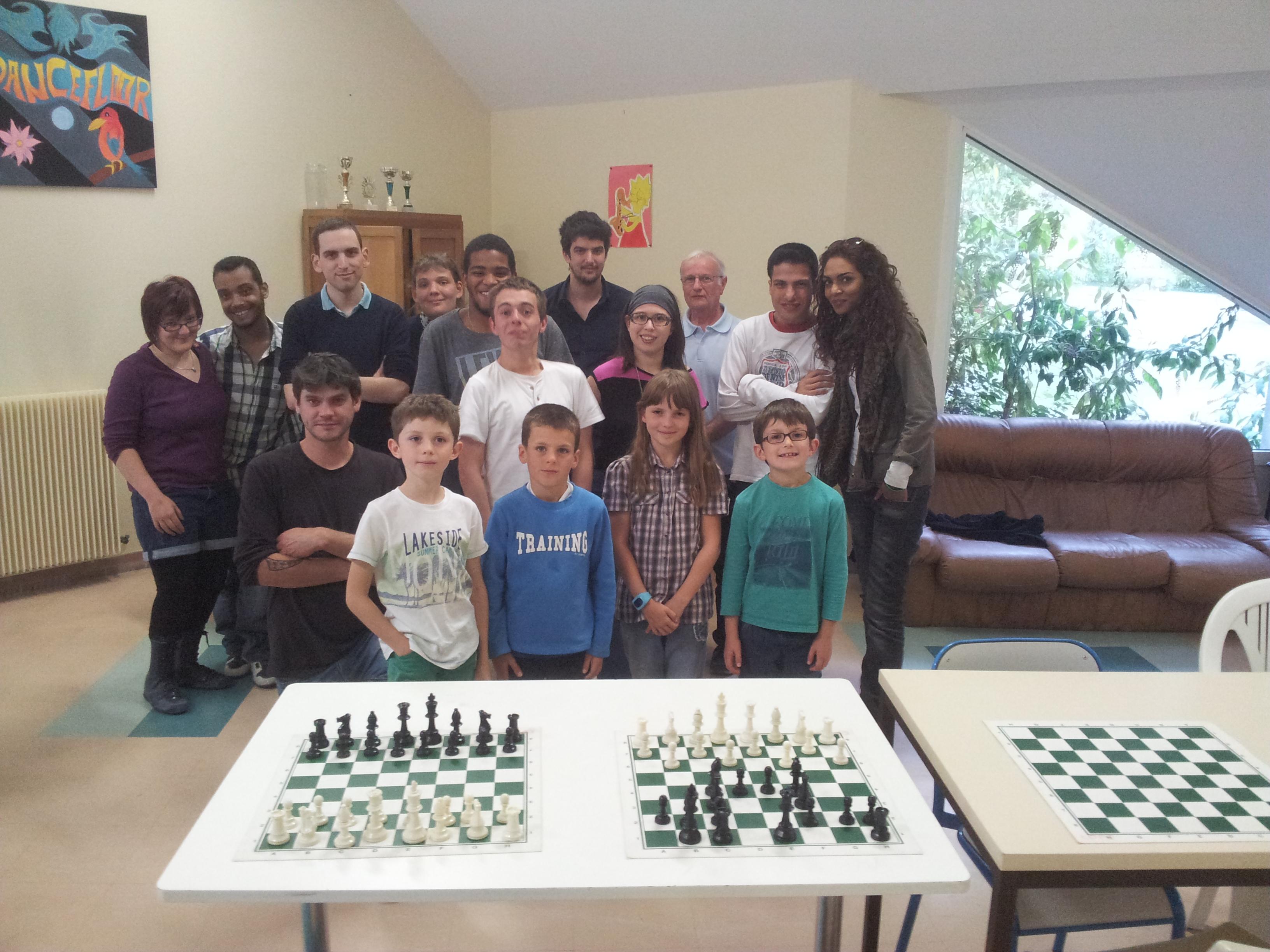 groupe d'enfants et d'adultes joueurs d'échecs à la couronerie
